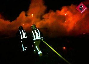 Los bomberos sofocan un incendio en la zona del Polideportivo de Pilar de la Horadada 8
