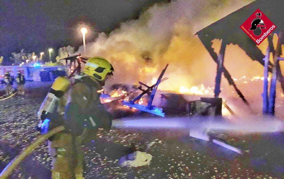 Los bomberos sofocan un incendio en la zona del Polideportivo de Pilar de la Horadada 6