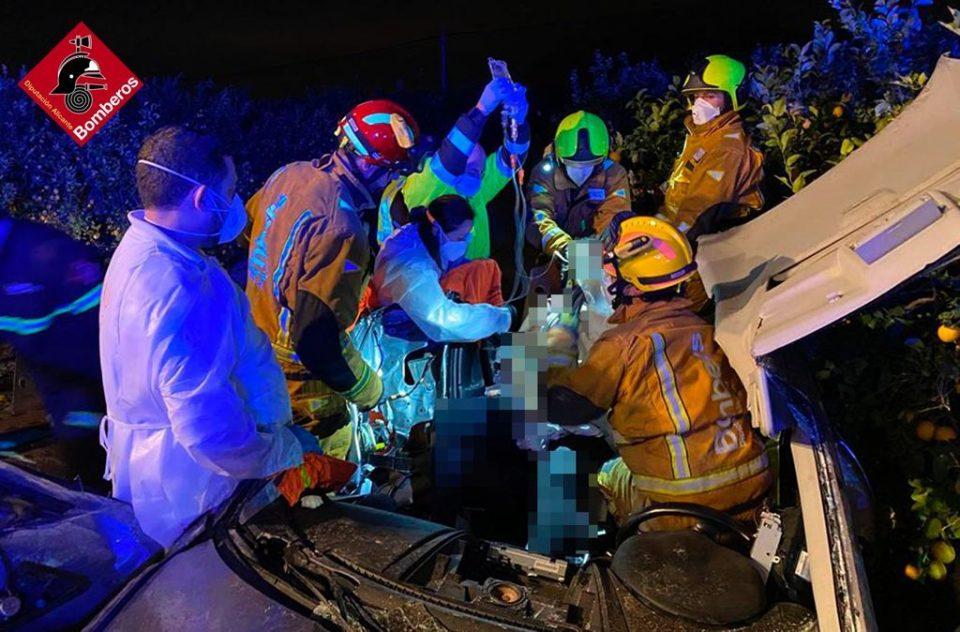 Los bomberos excarcelan a una conductora que se salió de una vía en Orihuela 6