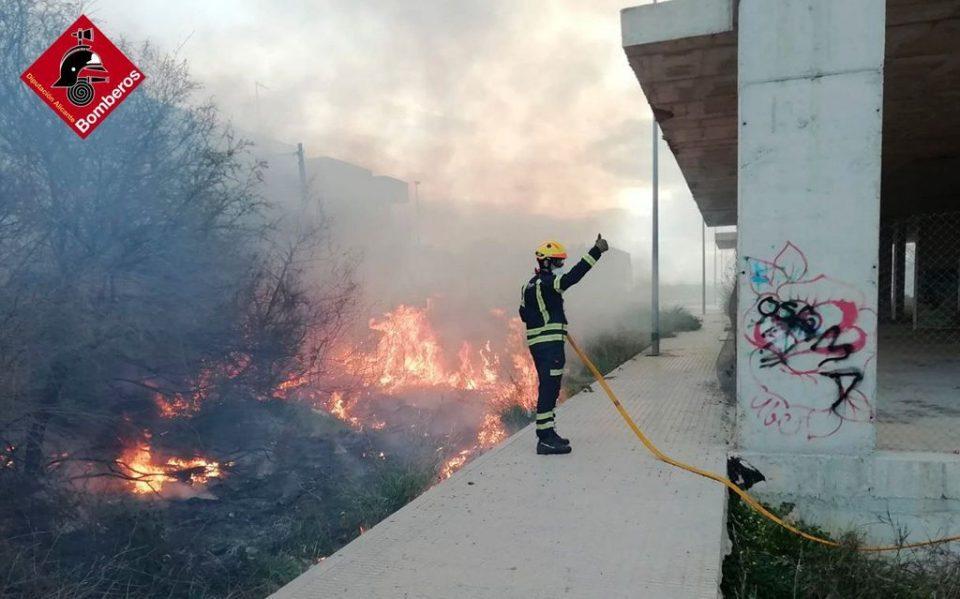 Un solar en obras sin terminar se incendia en Almoradí 6