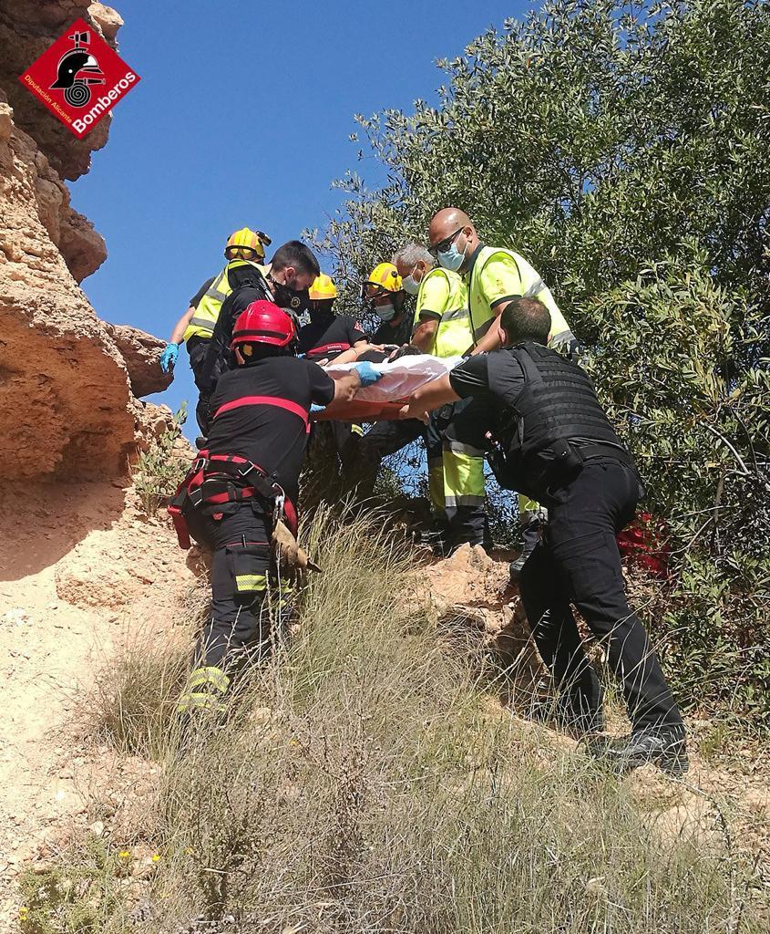 Rescatada una mujer en Orihuela Costa por una caída de cinco metros 6
