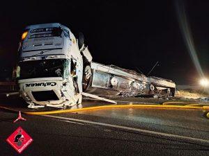 Vuelca un camión de grandes dimensiones en la A7 cerca de la salida de Albatera 7