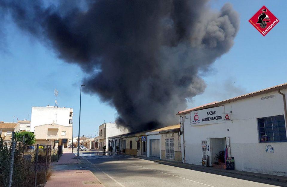 Un incendio calcina una nave de frutas en San Fulgencio 6