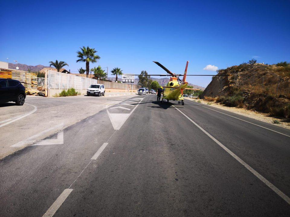 Un helicóptero interviene en el rescate de un herido en un accidente laboral en Orihuela 6