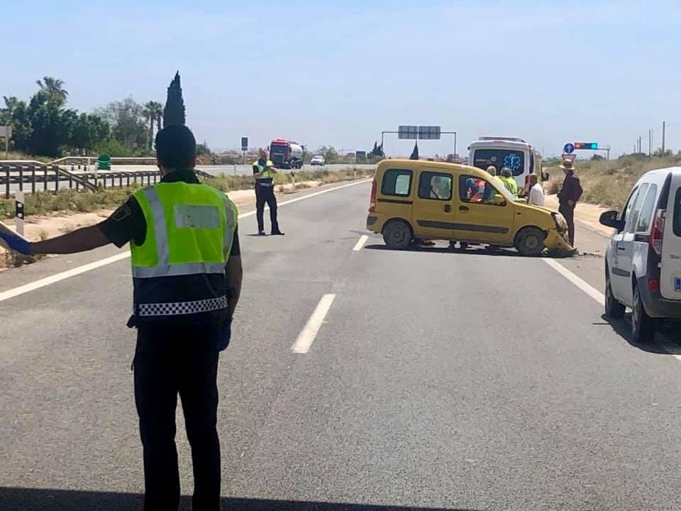 Un accidente de tráfico en Pilar de la Horadada provoca el corte temporal de la AP-7 6
