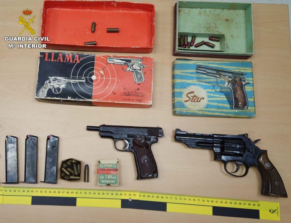 La Guardia Civil detiene a dos mujeres en Almoradí por robo y tenencia ilícita de armas 6