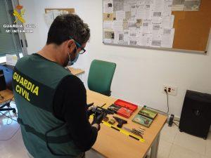 La Guardia Civil detiene a dos mujeres en Almoradí por robo y tenencia ilícita de armas 8