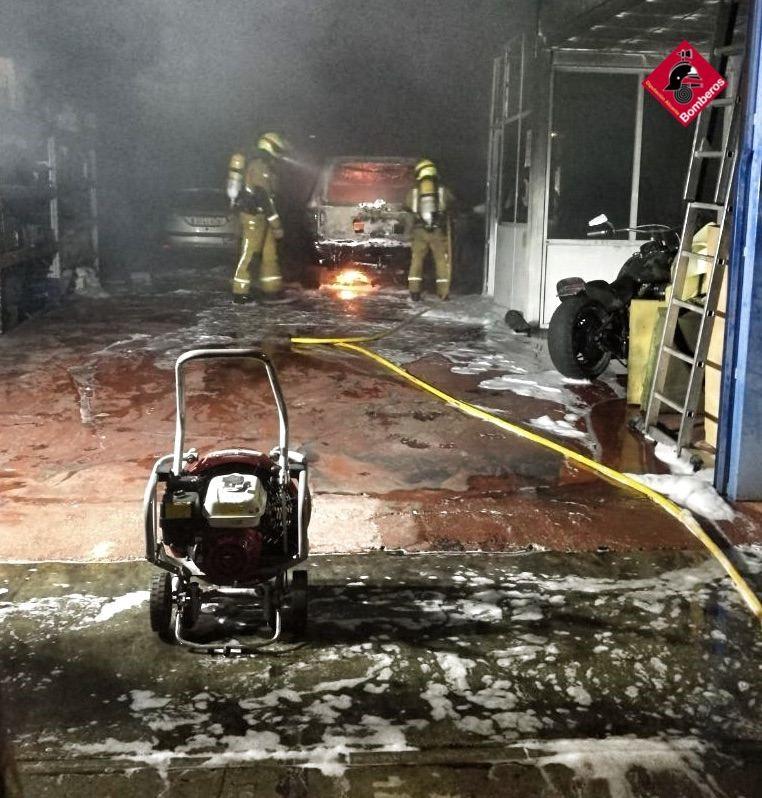 El fuego calcina un taller de automoción de Guardamar 6
