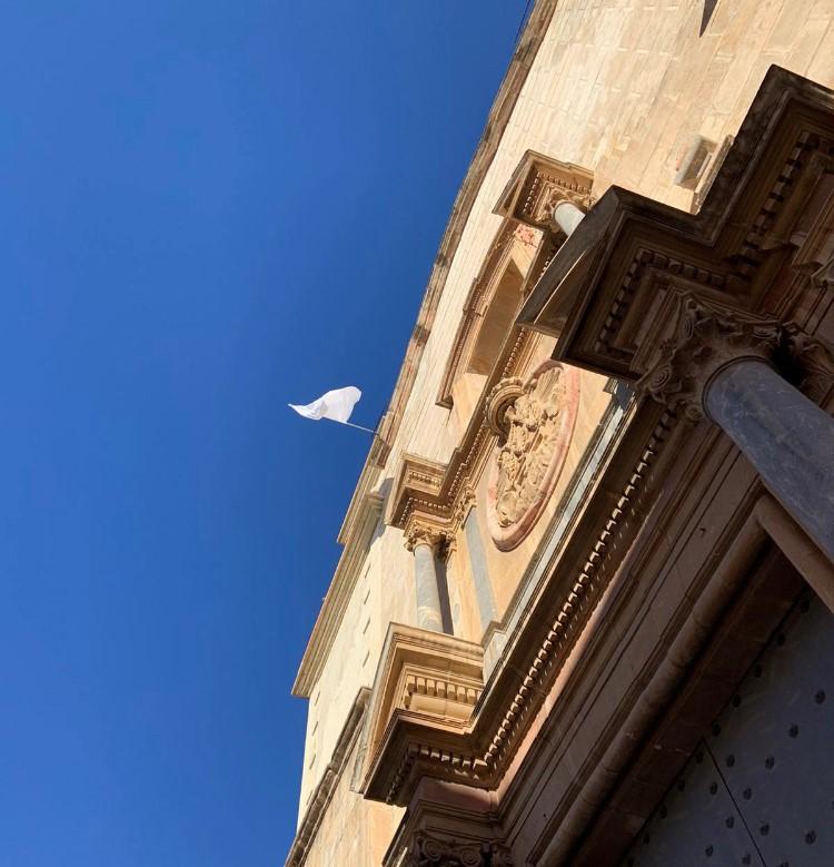 Una bandera blanca que anuncia buenas noticias 6
