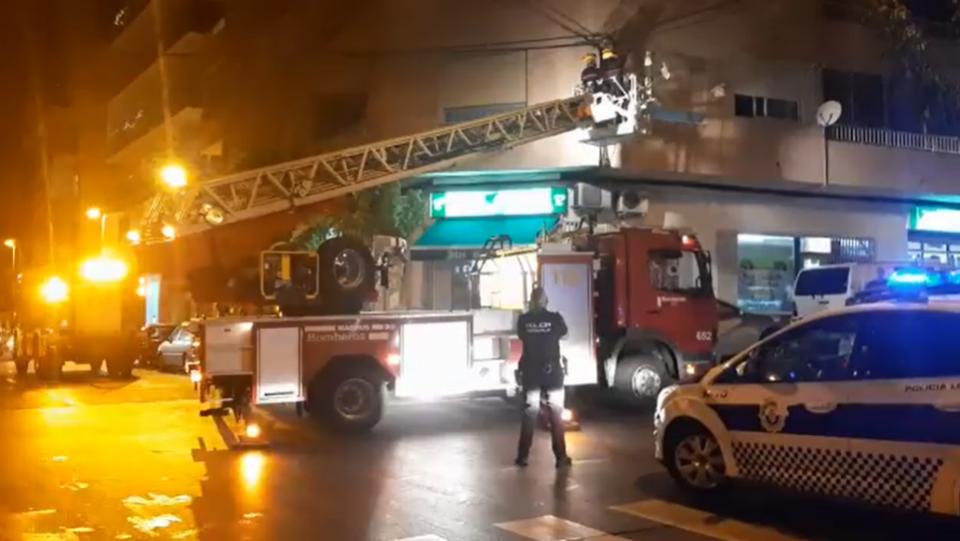 Los bomberos retiran un cable electrificado que cayó obstaculizando una calle de Torrevieja 6