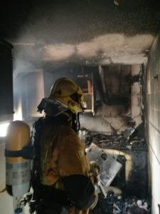 Los bomberos rescatan a un matrimonio y sus mascotas en un incendio en Torrevieja 7