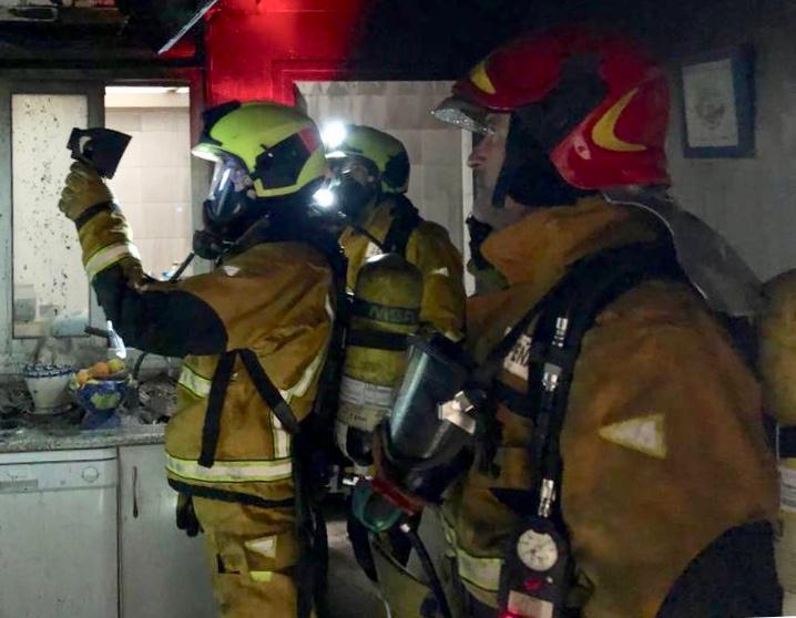 Los bomberos intervienen en una explosión de gas en Torrevieja 6