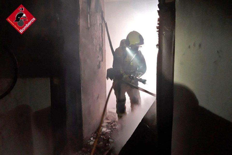 Los bomberos extinguen un incendio en un hotel abandonado en Catral 6
