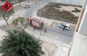 Los bomberos extinguen un incendio en un hotel abandonado en Catral 7