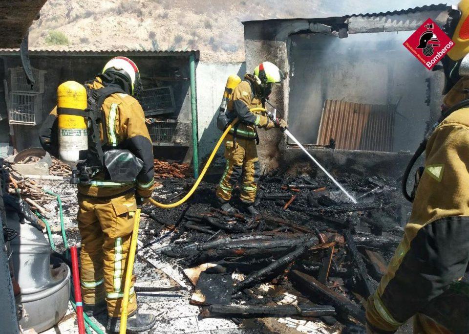 Los bomberos extinguen un incendio en una vivienda de Orihuela 6