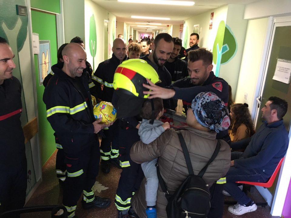 Los Bomberos visitan a los más pequeños en el Hospital Vega Baja 6