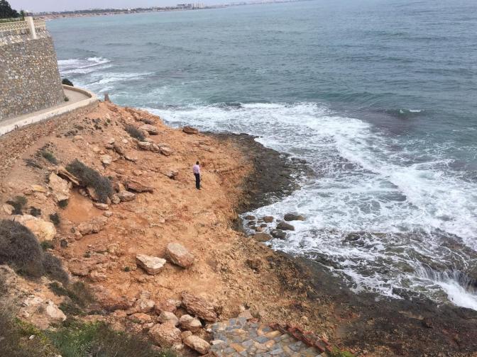 Medio Ambiente limpiará por primera vez las calas de Cabo Roig y Aguamarina desde el mar 6