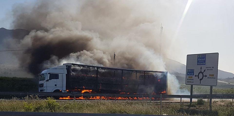 Un camión arde en la salida de Benferri de la A7 6