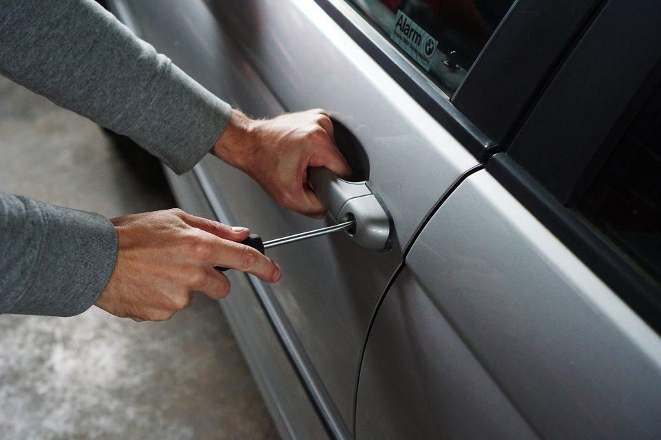 Dos detenidos en Guardamar por robar en el interior de un coche 6