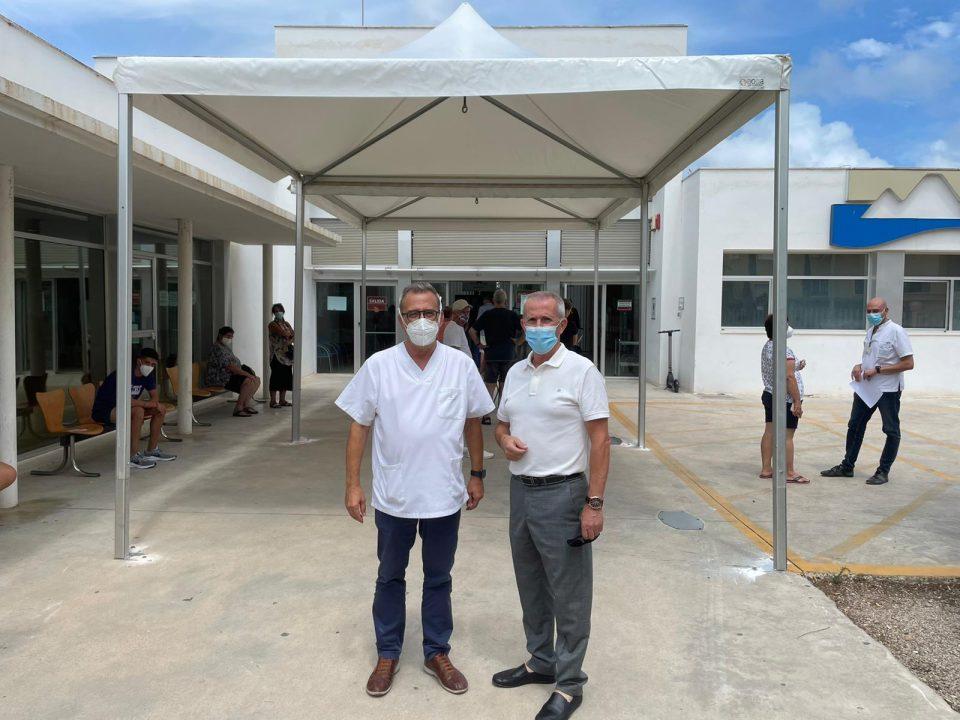Carpa en el centro de salud de Orihuela Costa para evitar largas colas bajo el sol 6