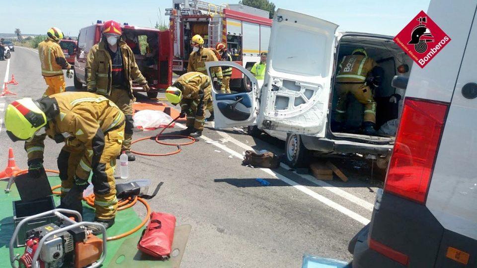 Dos heridos en un accidente de tráfico en Dolores 6