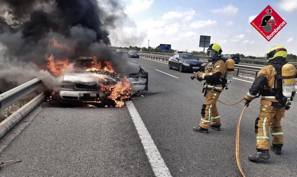 Los bomberos sofocan el incendio de un coche en la salida Algorfa-Benijófar 6