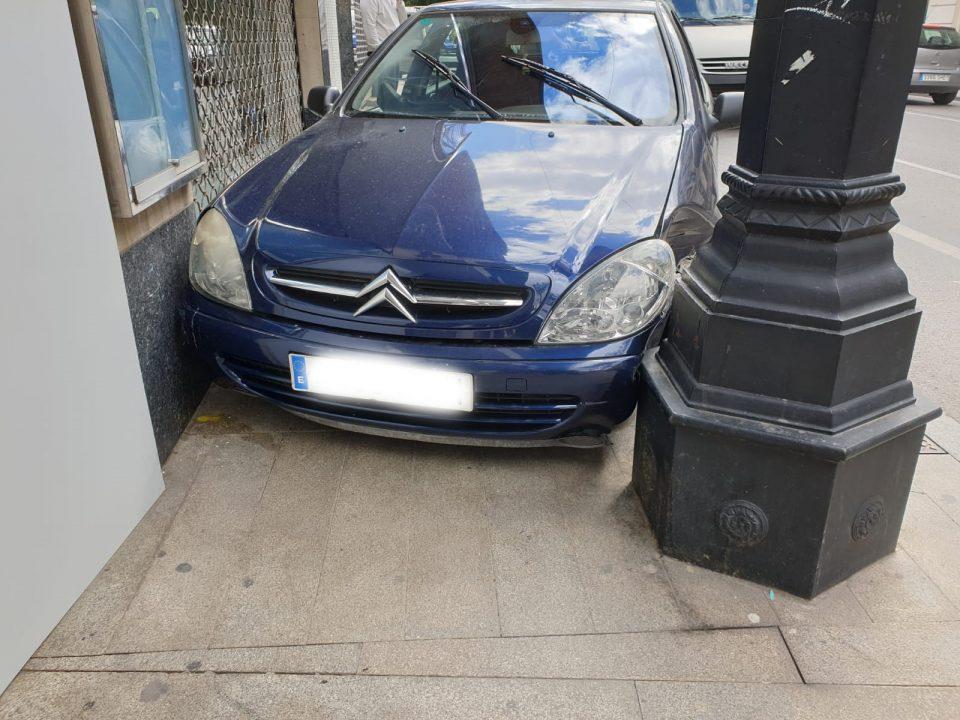 Un coche se empotra contra una fachada en Orihuela 6