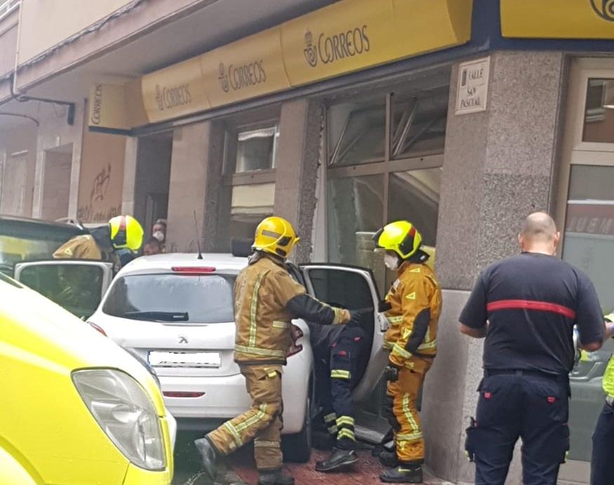 Un vehículo se empotra en la fachada de Correos en Torrevieja 6
