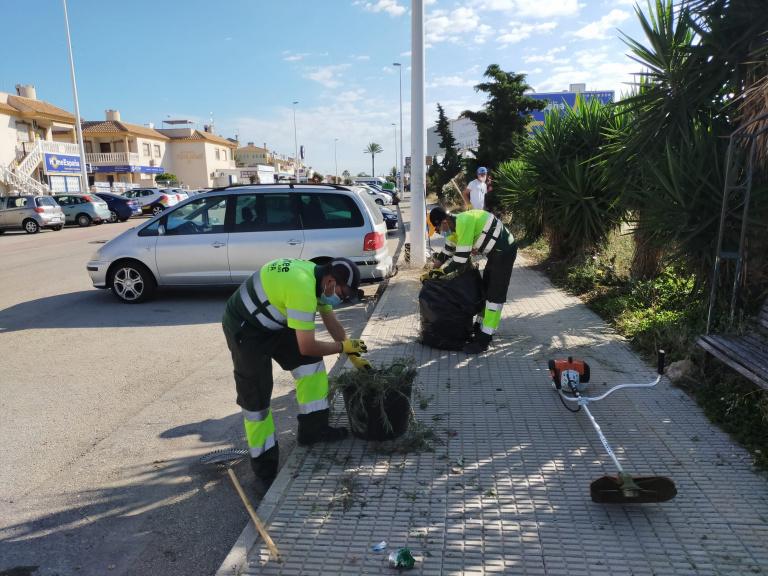 Infraestructuras refuerza el desbroce y la limpieza de calles en Orihuela Costa 6