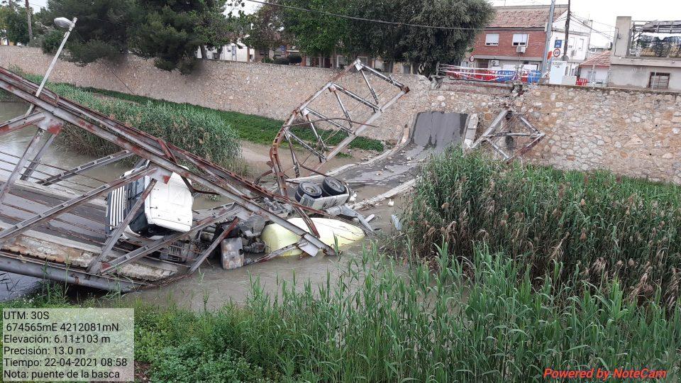La CHS autoriza la retirada del camión y puente desplomado en el cauce del río cerca de Orihuela 6