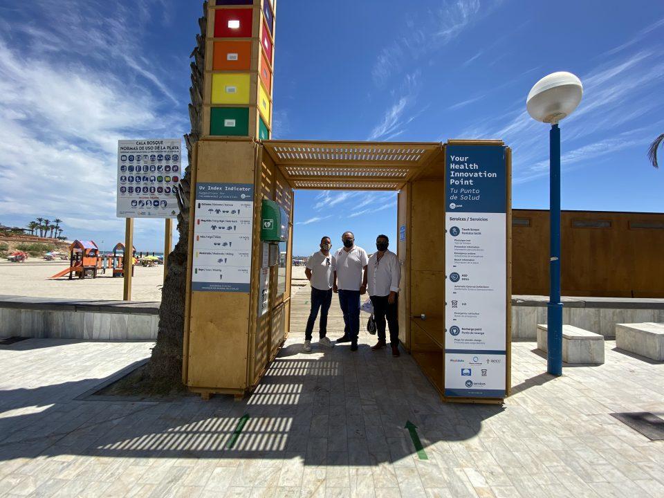 Orihuela instala una estación sanitaria en la costa para prevenir el cáncer de piel 6
