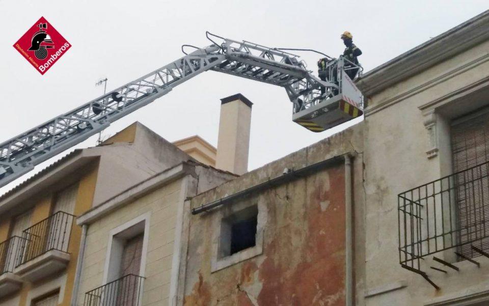 Los bomberos intervienen en una fachada de la Plaza de Monserrate para evitar desprendimientos 6