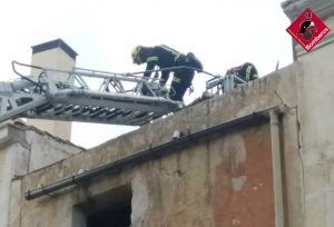 Los bomberos intervienen en una fachada de la Plaza de Monserrate para evitar desprendimientos 7