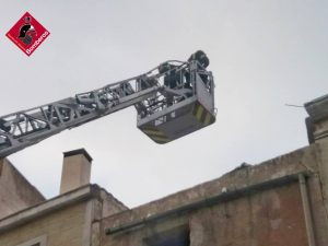 Los bomberos intervienen en una fachada de la Plaza de Monserrate para evitar desprendimientos 8