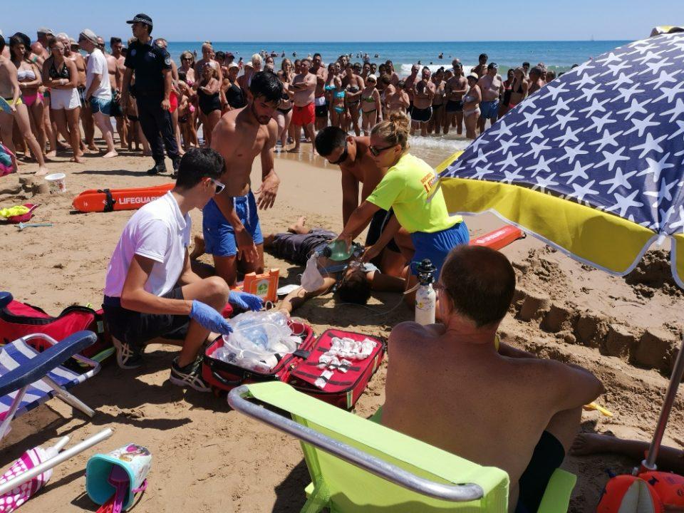 La playa de La Mata vive un simulacro de emergencia 6