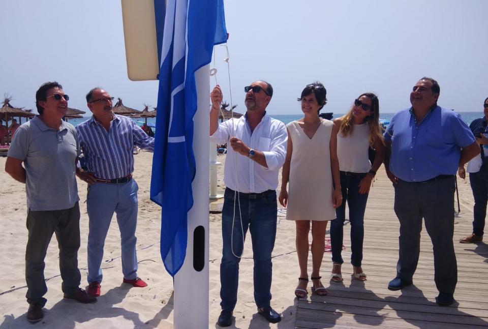 Las playas de Orihuela ya lucen sus banderas azules y Q de Calidad 6