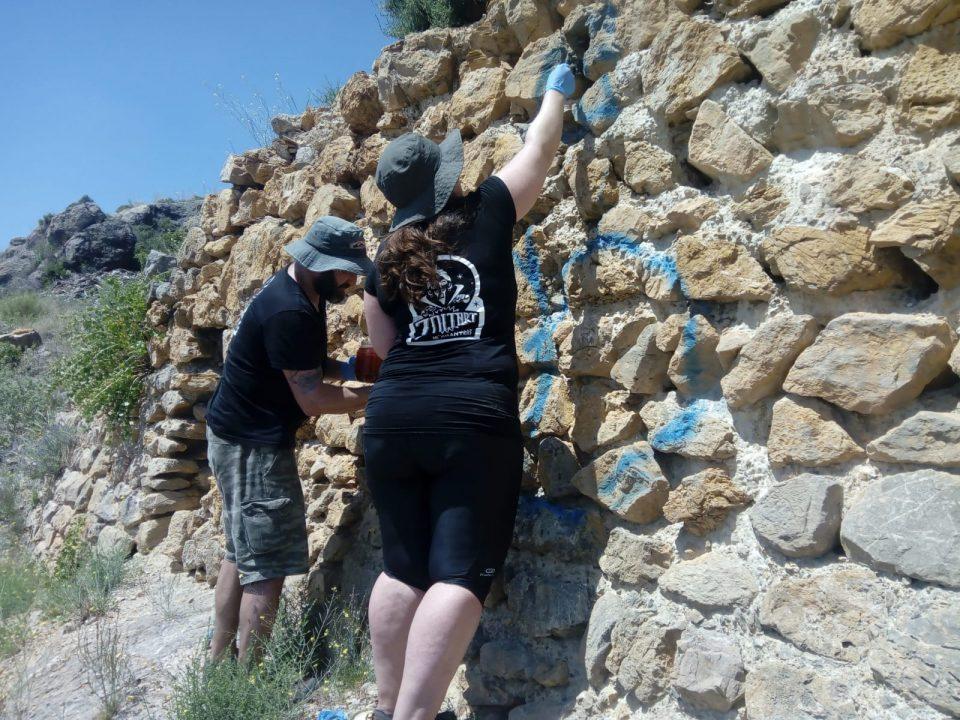 Orihuela elimina los últimos grafittis realizados en el Castillo 6