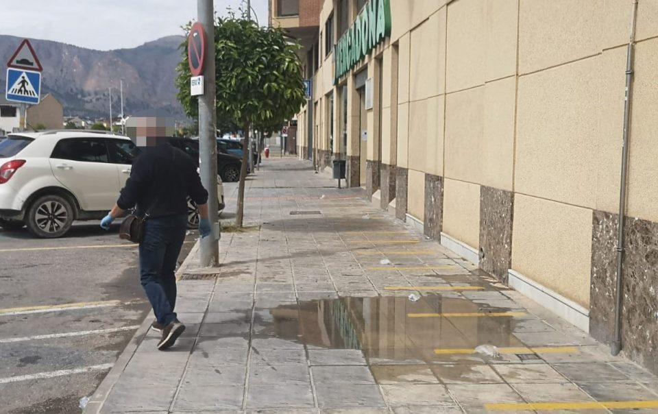 Orihuela vacía pero con guantes desechados y excrementos en las calles 6