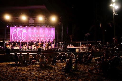 Torrevieja recupera la noche de Habaneras en la playa cinco años después 6