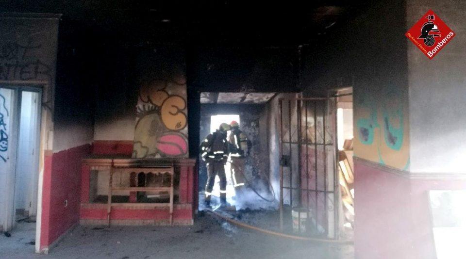 Los bomberos extinguen un incendio en una vivienda de Torrevieja 6