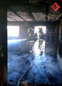 Los bomberos extinguen un incendio en una vivienda de Torrevieja 8
