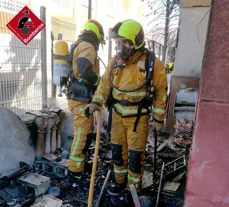 Un incendio calcina un bungalow en Cabo Roig 6