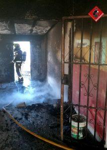 Los bomberos extinguen un incendio en una vivienda de Torrevieja 7
