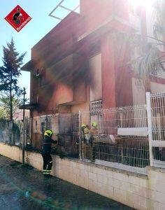 Un incendio calcina un bungalow en Cabo Roig 7