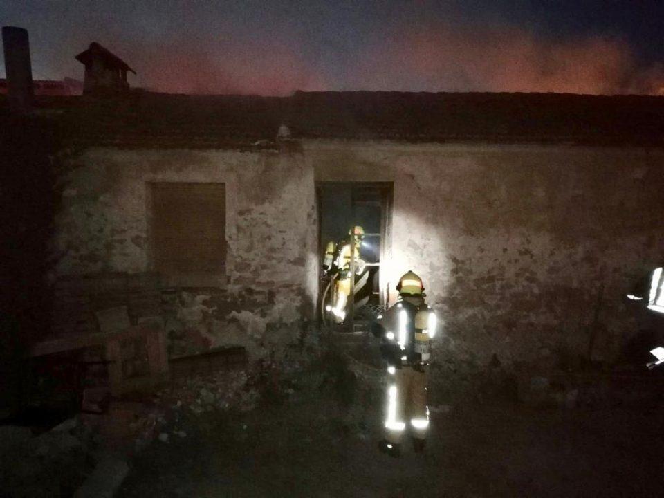 Los bomberos intervienen en un incendio de una casa deshabitada en Almoradí 6