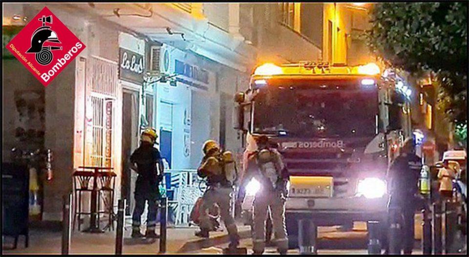 Los bomberos intervienen en un incendio en Torrevieja 6