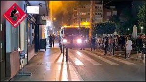 Los bomberos intervienen en un incendio en Torrevieja 7