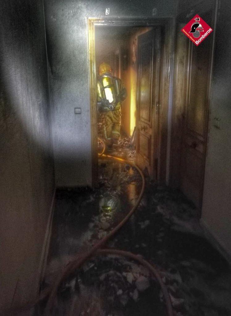 Los bomberos sofocan un incendio en una vivienda de Guardamar 6