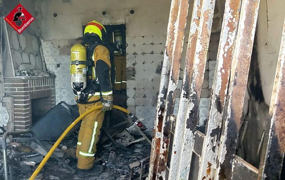 Los bomberos sofocan un incendio en unas casas abandonadas en Arneva 6