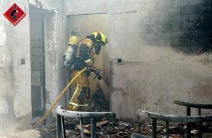Los bomberos sofocan un incendio en unas casas abandonadas en Arneva 7